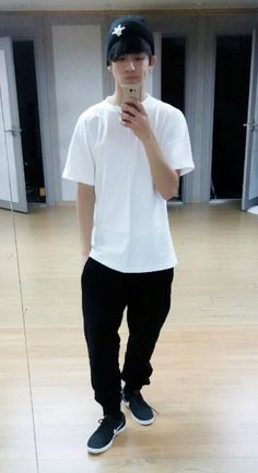 BTS MAKNAE USES THE PRACTICE ROOM MIRROR FOR A SELFIE