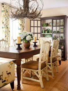 Natural textures make this fall dining room a showstopper! - I love this dining room! Especially the chandelier! Style At Home, Dining Room Table, Dining Chairs, Wood Chairs, Dining Rooms, Estilo Navy, Magazine Deco, Boutique Deco, Dining Room Inspiration