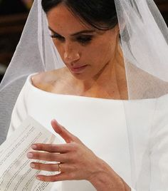 Here we take a closer look at Meghan Markle's hair and makeup. Wedding day and evening beauty inspiration this way. Meghan Markle Hair, Meghan Markle Outfits, Meghan Markle Wedding Dress, Meghan Markle Style, Bridal Beauty, Wedding Beauty, Wedding Makeup, Wedding Nails, Wedding Day