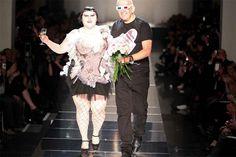 Jean Paul Gaultier werkte onder andere met modellen met overgewicht, zwaar getatoeëerde modellen, en hij houdt van het spelen met de geslachten en androgyne silhouetten. Zo kleedde hij mannelijke modellen met kilts en rokken. Typisch voor zijn stijl zijn de kilts en Schotse ruiten, naast de navylook.