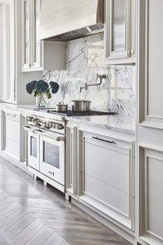 White Kitchen Ideas - White cooking areas are classic. They're brilliant, clean, and don't require a lot of difficult color choices when embellishing (because literally, . inspiratie Elegant White Kitchen Design Ideas for Modern Home Kitchen Inspirations, Home Decor Kitchen, Classic Kitchens, White Kitchen Design, Home Kitchens, London Kitchen, Kitchen Remodel, Kitchen Renovation, Contemporary Kitchen
