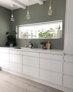 Derfor har Pernille vundet en pris for sine farvevalg derhjemme - Beleuchtung Family Kitchen, Home Decor Kitchen, New Kitchen, Kura Ikea, Küchen Design, Interior Design, Brimnes, Casa Patio, Scandinavian Home