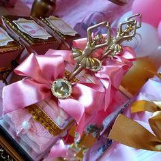 Simplismente apaixonada por cada detalhe  #Personalizados #BailarinaLuxo #bailarinavintage  #UmsonhodeBailarina  #Sarahfaz1  #amooquefaço Ballerina Birthday Parties, Ballerina Party, Bailarina Vintage, Festa Party, Ballet, Princess Party, Centerpieces, Ruby 2, Gift Wrapping