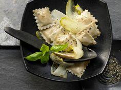 Ziegenfrischkäse-Ravioli - mit gedünstetem Chicorée - smarter - Kalorien: 452 Kcal - Zeit: 50 Min. | eatsmarter.de