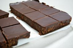 No Bake Chocolate Squares - the only work required is melting some butter and chocolate, then cut these up and freezer to pop into the lunch boxes Chocolate Slice, Chocolate Squares, Healthy Food Options, Healthy Recipes, Cake Cookies, My Recipes, Nutella, Goodies, Food And Drink