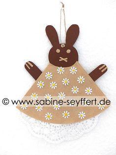 Frühlingshafte Bastelidee für Kinder: Bastelspaß für Kinderhände – süße Osterhasen aus Kaffeefiltern | Blog Sabine Seyffert