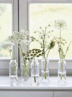 20 idées à copier pour décorer ses rebords de fenêtre - De jolies fleurs des champs pour donner un look champêtre à son intérieur.© Pinterest Domino Magazine