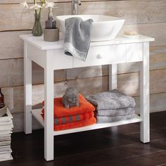 Schlichter Waschtisch aus weißem Holz.