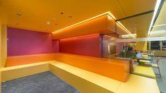 """Google a récemment fait appel au studio d'architecture d'intérieur Jump Studios (Londres) pour la refonte de son siège social à Madrid.Les locaux ultras colorés et design s'étendent sur deux étages en plein milieu d'un gratte-ciel au coeur de la capitale. Dans un communiqué de presse, le studio a déclaré : """"Les espaces de travail offrent …"""