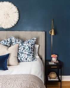 [CasaGiardino] ♛ This 1945 Seattle Cape Cod-style home got transformed into an un-fussy, modern-casual space that is ! Navy Bedrooms, Blue Bedroom, Modern Bedroom, Bedroom Wall, Master Bedroom, Bedroom Decor, Bedroom Ideas, Wall Decor, Interior Design Minimalist
