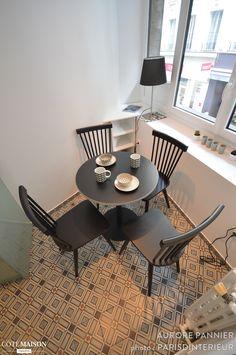 Les carreaux de ciment donnent un cachet irrésistible à ce petit coin salle à manger d'un studio parisien.