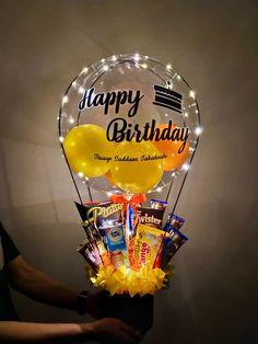 Hot Air Balloon with snacks and lamp <br> Balloon Crafts, Birthday Balloon Decorations, Balloon Gift, Birthday Balloons, Air Balloon, Cute Birthday Gift, Birthday Gift Baskets, Birthday Diy, Candy Bouquet Diy
