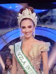 La Hermosa Edymar Martinez  Miss Venezuela Internacional 2014. Posando para los Fotografos antes de entregar el Titulo a su Sucesora..