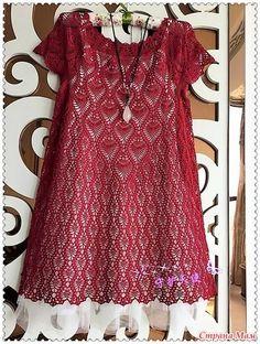 Это расклешенное платье связано классическим узором ананасы. Оно смотрится оригинально благодаря их расположению. Пряжа шелк. Крючок 1.5 мм [