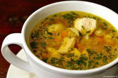 Als je grieperig of verkouden bent is een kom hete kippensoep precies de opkikker die je nodig hebt! Dit verwarmende soepje is in een half uurtje klaar!