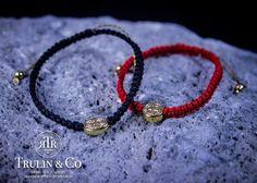 Trulin Co: San Benito - Kichink  El rojo es protección en la mano izquierda y San Benito es un santo protector de malas energías.  *Medalla con chapa de oro de 18k, tejida en hilo rojo.