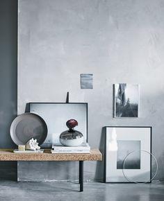 En samling sorte og hvide billeder arrangeret op ad en grå væg