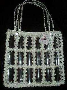 Esta bolsa é 100% artesanal, toda confeccionada à mão, Feita com garrafas pet e crochê com linha de polipropileno, fechamento em zíper, sem forro, as alças também são feitas em garrafas pet e com acabamento em crochê. <br> Uma bolsa ótima para o dia-a-dia e também para levar para praia. Feito na cor desejada. Reuse Plastic Bottles, Plastic Bottle Crafts, Crochet Shoes, Crochet Purses, Recycled Bottle Crafts, Lucy Fashion, Crochet Christmas Gifts, Crochet Mandala Pattern, Diy Handbag