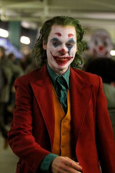 The Joker movie staring Joaquin Phoenix introduces a new Joker costume which is the perfect fancy dress for parties and halloween O Joker, Joker Film, Joker And Harley Quinn, Joaquin Phoenix, Movie Fancy Dress, Joker Costume, Costume Makeup, Cinema Ticket, Joker Wallpapers