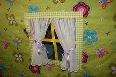 raam met schattige gordijntjes