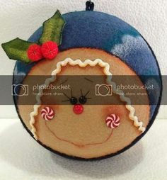 Que hermosos trabajos en patchwork Christmas Ornaments, Holiday Decor, Ideas Para, Home Decor, Feltro, Gingham Quilt, Quilt Cover, Quilling Craft, Entry Ways