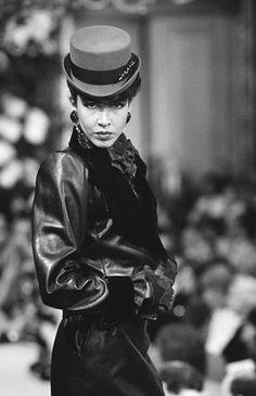 Juillet 1982. Yves Saint Laurent haute couture automne / hiver 1982/83. Getty Images.