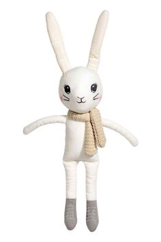 Przytulanka: Miękka welurowa zabawka z wyszywanymi detalami i przyszytym szalikiem. Wypełnienie z poliestru. Długość 49 cm.
