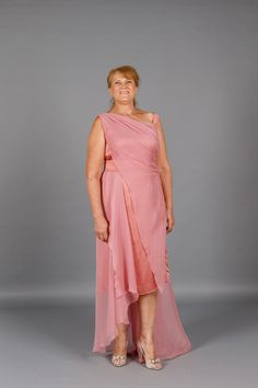 Rochia lunga de seara Pink Hera este realizata din voal si satin roz prafuit… One Shoulder, Satin, Formal Dresses, Fashion, Dresses For Formal, Moda, La Mode, Fasion, Gowns