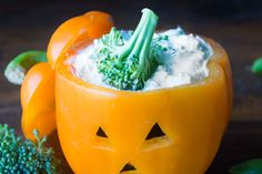 Spooky Bell Pepper Jack-o-Lanterns for healthy Halloween veggies and dip! Use our special method to serve the veggies that make… Halloween Snacks, Halloween Appetizers For Adults, Healthy Halloween Treats, Appetizers For Kids, Holiday Treats, Healthy Treats, Halloween Ideas, Healthy Kids, Appetizer Ideas