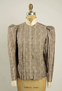 The shirtwaist was the main attire for a Gibson Girl. They had collars, cuffs, and buttons down the front. They worn plainly with a plain skirt. It was a unisex leisure wear garment.