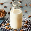 You know I love almond milk and other dairy-milk alternatives. They are a MUCH better choice than drinking cow's milk. Make Almond Milk, Almond Milk Recipes, Homemade Almond Milk, Cashew Milk, Coconut Milk, Soy Milk, Almond Nut, Health Benefits Of Almonds, Almond Benefits