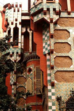 Casa Vicens, Antoni Gaudí. Gaudí presented the project in 1880 but work did not start until 1883 and went on to 1888. The explosion of colour in its ornamental details, greatly influenced by Arabic and eastern art, make Casa Vicens a clear precursor of the Modernista movement.