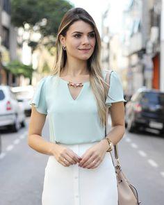 Meninas, quem procura peças lindas e delicadas para o trabalho ou lazer, vai encontrar muitas opções na Pitanga SP! Blusa em crepe com manga godê e detalhe na gola combinada com saia midi em crepe com abertura na barra 😍  ▫Blusa - R$ 124 Cores: Preta, verde claro, vermelha e rose  ▫Saia - R$ 149 Cores: Verde, Off White e Rosa  ▫38(P) 40(M) 42(G)  __________________________________  📦 | Frete grátis nas compras acima de 300 reais 💳 | Parcelamos em até 6x sem juros 💵 | Desconto de 8% no… Foto E Video, Off White, Earth, Instagram, Fashion, Flared Skirt, Modern Women, Clothing Templates, Women's Blouses