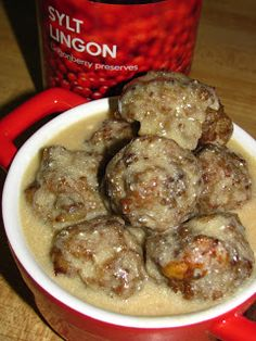 IKEA Swedish Meatballs with Gravy Gravy Ingredients: 4 tablespoons unsalted butter 4 tablespoons flour 2 cups beef broth 1 tablespoon Worcestershire cup sour cream teaspoon allspice salt/cracked black pepper, to taste Ground Beef Recipes, Pork Recipes, Cooking Recipes, Meatball Recipes, Recipies, Pasta Recipes, I Love Food, Good Food, Yummy Food