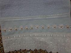 Toalha de visita ou para Lavabo, azul com flores e pérolas brancas. Linda peça! Towels, Crafts, Manualidades, Flowers