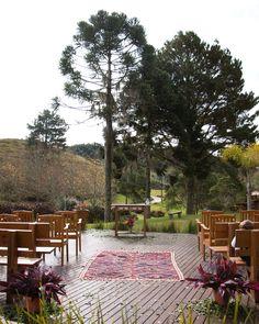 We Plant atelier & flowershop - Decoração floral para casamento na serra Foto: Nino studio flores - flower - cerimonia - miniwedding - boho - altar - casamento deck madeira - rustico