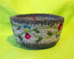 Ravelry: Agilejacks Needle Felted Projects this would be cute as a bracelet. Wet Felting Projects, Needle Felting Tutorials, Knitting Projects, Felted Wool Crafts, Yarn Crafts, Felt Crafts, Wool Felting, Donia, Felt Embroidery