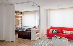 Para aumentar a sala, o morador deste apartamento decidiu abrir um quarto. Mas queria ter a opção de fechá-lo para receber hóspedes. As profissionais do escritório Lucchesi