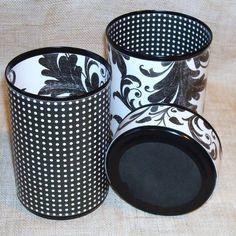 Fügen Sie ein wenig Spaß an Ihren Büroraum oder handwerklichen Bereich! Das dekorative kann Satz besteht aus recyceltem Aluminium-Dosen, die fallen mit Dekorateur Papier klar Kontakt Papier. Sie können mit Glas-Reiniger oder milden Reinigungsmittel und Wasser auf einem Lappen sauber abgewischt werden. Innen und außen unten ist mit schwarzem Blatt Schaum bedeckt.    Große 4-1/2 x 3-1/4 Zoll $10,00  Medium 4-1/2 x 3 Zoll $10,00  Kleine 1-1/2 x 3-1/4 Zoll $7,00  Satz $25,00…