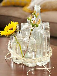 Centro de mesa com garrafas e frascos vazios