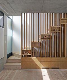 escaliers design et modernes - marches d'escalier en bois et garde-corps en lattes de bois avec rangements intégrés