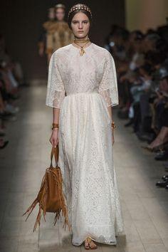 Les robes blanches de la Fashion Week printemps-été 2014: Valentino http://www.vogue.fr/mariage/inspirations/diaporama/les-robes-blanches-de-la-fashion-week-printemps-ete-2014/15627/image/870725#!mariage-les-robes-de-mariee-de-la-fashion-week-valentino-printemps-ete-2014