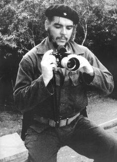 Che Guevara también era fotógrafo. Aquí afinando su enfoque antes de hacer la fotografía.