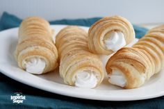 cream horns Puff Pastry Horns (aka Italian Cream Horns) are scrumptious puff pastries wrapped around a metal horn and baked till golden and flaky. These little five ingredient wonders can be filled with whipped cream, custard or buttercream icing. Cannoli, Italian Pastries, Puff Pastries, Köstliche Desserts, Dessert Recipes, Cream Horns, Cream Horn Molds, Bon Dessert, Dinner Dessert