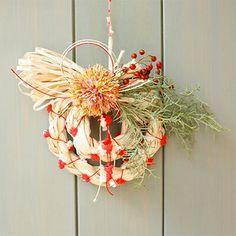 """お正月飾りの""""しめ縄""""を作りませんか。 しめ縄本体、水引き、飾りをアヴリルの糸で作ります。 編まずに作れるので、手作り初心者の方も大歓迎です!! 大きさは直径約15cmなので、スペースを選ばずに飾っていただけます。 Japanese New Year, New Years Decorations, Grapevine Wreath, Grape Vines, Wreaths, Home Decor, Decoration Home, Door Wreaths, Room Decor"""
