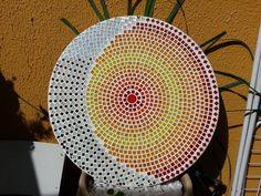 Peça redonda em mdf impermeabilizado e selado para receber a aplicação do mosaico em pastilhas 1x1 de cristal para dar o efeito no desenho de lua e sol  Esse desenho pode ser aplicado em tampo de mesa ou prato giratório, consulte a possibilidade de fazer o mesmo mosaico em outras peças. R$ 290,00