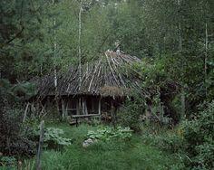Fernab von Metropolen: Selbstgebaute Holzhütten und Behausungen aus Lehm oder Stroh sorgen für ein Obdach in der Wildnis.