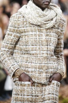 Tweed: The complete Chanel Fall 2018 Ready-to-Wear fashion show now on Vogue Runway. Fashion Week Paris, Fashion 2018, Fashion Show, Fashion Looks, Womens Fashion, Fashion Design, Fashion Trends, Fashion Stores, Chanel Couture