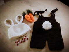 Conjunto confeccionado em crochê em fio antialérgico.  Composição - macacão marrom escuro,gorro branco, cenourinhas e lacinhos não fixados, podendo assim usar em.meninos e meninas  Tamanhos - RN/ 1 a 3/ 3 a 6/6 a 9/9 a 12 meses