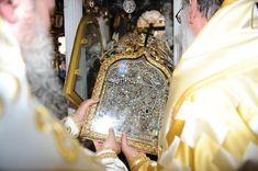 π.Λίβυος Μόνο ένα πράγμα θα σας ζητήσω να έχετε στην σκέψη σας καθώς θα προσκυνάτε την εικόναενός αγίου ή αγίας:  ότι πίσω από το φωτοστέφανο που εσείς βλέπετε, καμαρώνετε και παρηγορήστε, να θυμάστε ότι ο άγιος υπήρξε